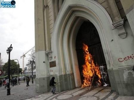Left or right igreja ataque santiago1