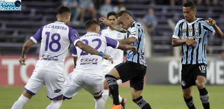 Left or right everton meia do gremio encara a marcacao do defensor em jogo pela libertadores 1519772255927 615x300