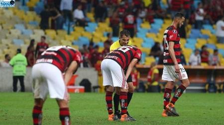 Left or right jogadores do flamengo lamentam gol sofrido diante do cruzeiro em duelo pela libertadores 1533788459240 v2 900x506