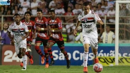 Left or right antony jogador do sao paulo carrega a bola em jogo contra o ituano 1553729615827 v2 750x421