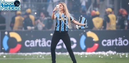 Left or right carol invade o gramado da arena gremio apos a conquista do titulo 1481166617938 615x300