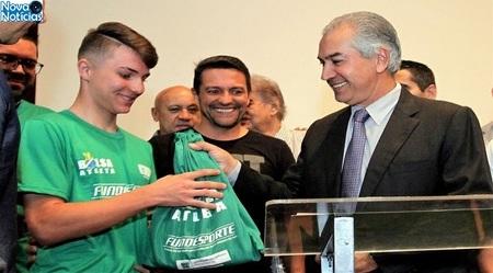 Left or right kaw h david recebendo kit bolsa atleta do governador