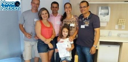 Left or right a familia de isabela recebe uma entrega simbolica do premio doado por pms de santo andre 1483636765483 615x300