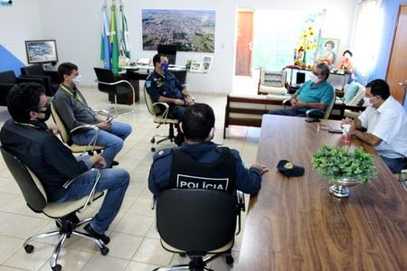 Left or right novo gerente do bb e comandante do 8 bpm s o recepcionados pelo prefeito jorge takahashi