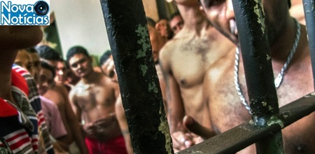 Left or right 06jan2014 presos de uma cadeia superlotada cerca de 200 homens se amontoam em espaco minimo fazem rodizio para tomar sol e comem galinha crua com arroz em sao luis ma 1448406378505 615x300