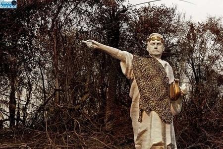 Left or right bolsonaro estatua