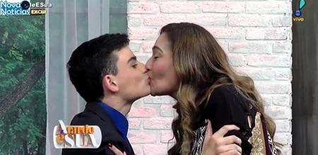 Left or right dudu camargo beija sonia abrao no encerramento do programa a tarde e sua da redetv 1498165072322 v2 615x300